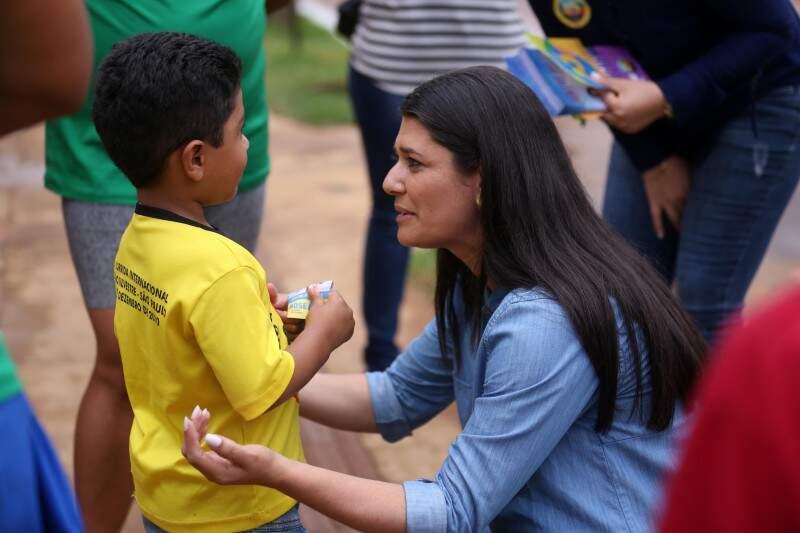 Rose fala com criança moradora do Residencial Celina Jallad. (Foto: Divulgação/Assessoria)