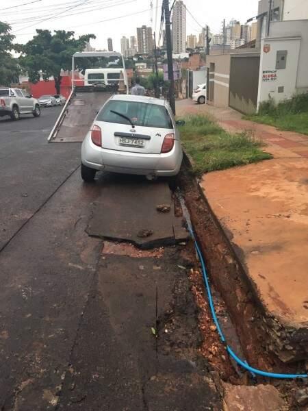 A água da chuva levou a cobertura do buraco, onde caiu o Ford Ka na tarde de hoje (Foto: PNS)