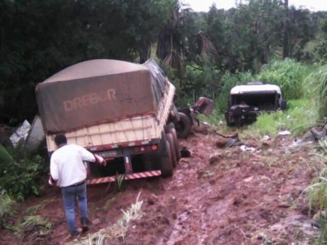 Cabine se soltou da carreta ao cair no acostamento da MS-306. (Foto: Chapadense News)
