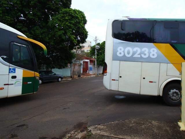 Ônibus chegam a fechar rua ao entrar em garagem, que fica na região central. (Foto: André Bittar)