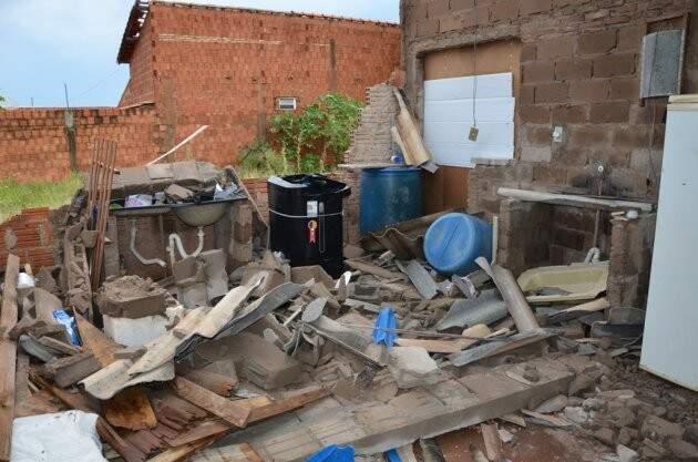 Muro de residência caiu com a força do vento. (Foto: Costa Rica em Foco)