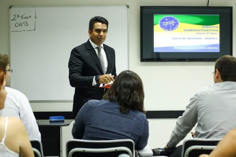 Professor Rodrigo Corrêa na sala de aula. (Foto: André Bittar)