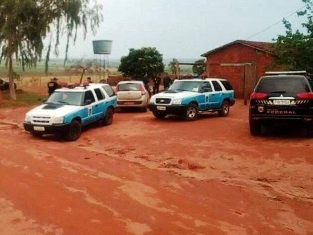 Equipes da PM e PF em assentamento no município de Angélica (Foto: Nova Notícias)
