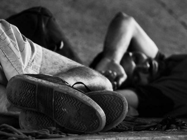 Chão é 'cama' para quem viu realidade piorar do dia para noite. (Foto: Alcides Neto)