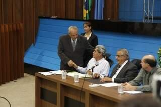 Deputado Londres Machado assina emenda e cumprimenta governador.