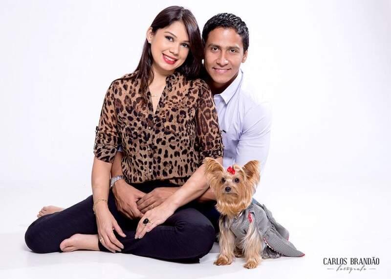 Em ensaio com a família, Cindy parece fazer pose para as fotos. (Foto: Carlos Brandão)