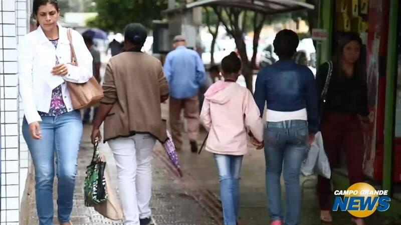 Bota, casaco e guarda-chuva no primeiro dia do verão