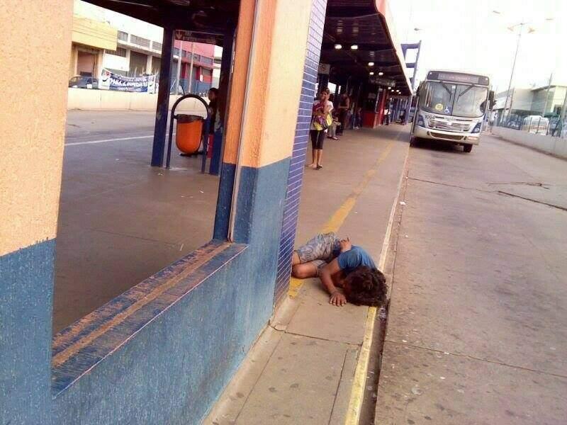 Homem estava caído com cabeça próxima de onde trafegam os ônibus