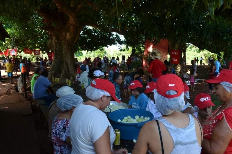 Assentados se reúnem para fazer almoço em comemoração ao dia especial (Foto: Pedro Peralta)