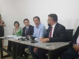 À esquerda de Marquinhos o secretário Pedro Pedrossian Neto e à direita, o procurador Alexandre Ávalos, durante entrevista coletiva (Foto: Alberto Dias)
