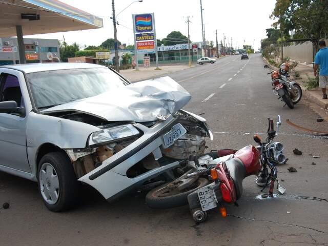 Moto para embaixo de carro após acidente provocado por conversão à esquerda. (Foto: Simão Nogueira)