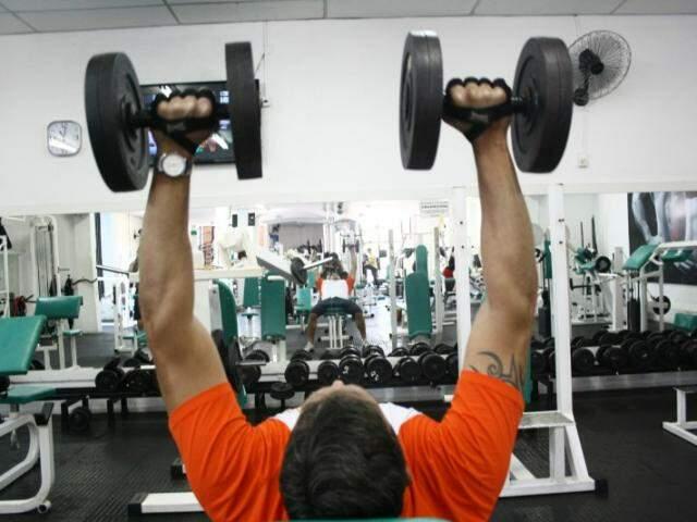 Entre um peso e outro, o exercício é de paciência. (Foto: Marcos Ermínio)