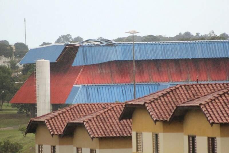 Ginásio do Parque Airton Senna também ficou danificado, após ventania (Foto: Marcos Ermínio)