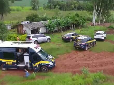 Os trabalhadores foram encontrados em uma fazenda localizada em Bataguassu, em condições desumanas. (Foto: Reprodução/ PRF)