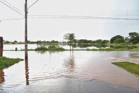 Problema recorrente, chuva faz Lagoa Itatiaia transbordar e inunda rua