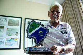 Agostinho já ganhou até placa em homenagem aos anos de dedicação aos Correios (Foto: Marcos Ermínio)