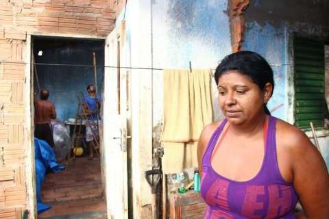 Vivendo em escombros após incêndio, família precisa de alimentos e móveis