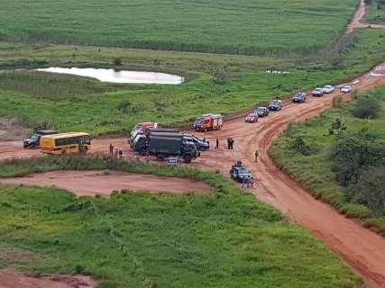 Polícia faz força-tarefa com helicóptero buscando armas em fazenda invadida