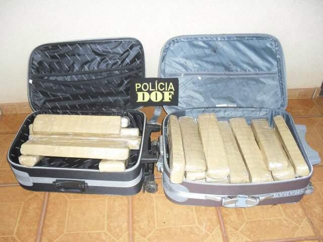 No bagageiro do ônibus foram encontradas duas malas com 27 tabletes de maconha. (Foto: divulgação)