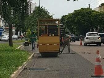 Na tarde desta terça-feira, equipe trabalhava tapando buracos na avenida Mato Grosso (Foto: Samuel Echeverria)