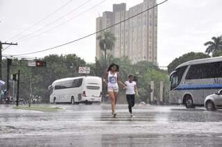 Pedestres encontraram dificuldades para atravessar principal avenida do Estado. Foto: João Garrigó