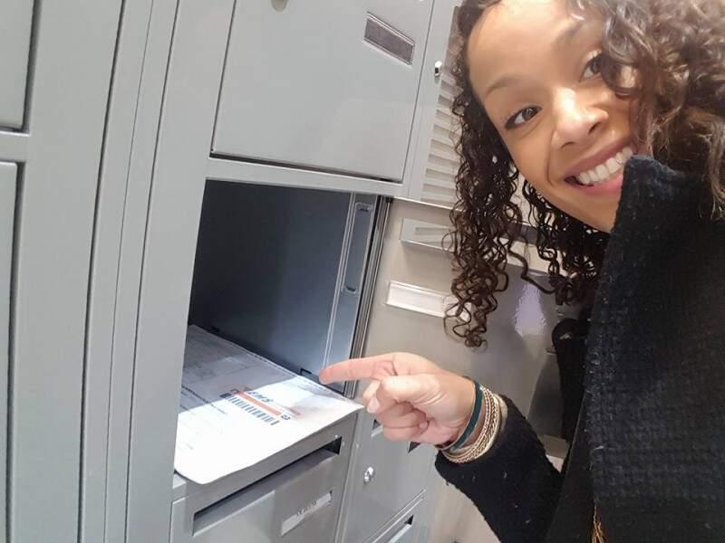 Anne feliz ao encontrar seu registro de nascimento brasileiro na caixa de Correio em Paris (Foto: Facebook/Arquivo pessoal)
