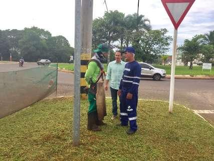 Ao estilo Jânio Quadros, Marquinhos coordena limpeza na Via Parque