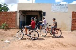 As bicicletas ganharam freios a disco, amortecedor e até banco de moto e muito detalhe cromado.