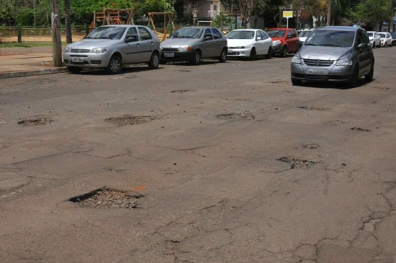 Sequencia de buracos na Barão do Rio Branco. (Foto: Alcides Neto)