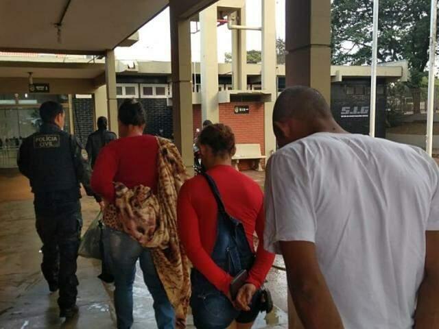 Presos em operação desta sexta-feira chegam em delegacia conduzidos por policial do SIG (Foto: Adilson Domingos)