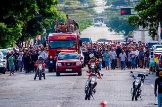 Centenas de pessoas acompanharam a pé o cortejo desde a sede do Corumbaense Futebol Clube até o Cemitério Santa Cruz (Foto: Renê Márcio Carneiro)