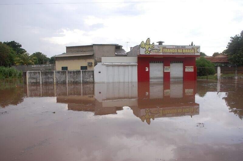 Lojas ficaram isoladas com o alagamento no Bairro Silvia Regina (Foto: Marcos Ermínio)