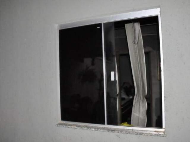 As vítima conseguiram sair da casa pela janela (Foto: Paulo Francis)