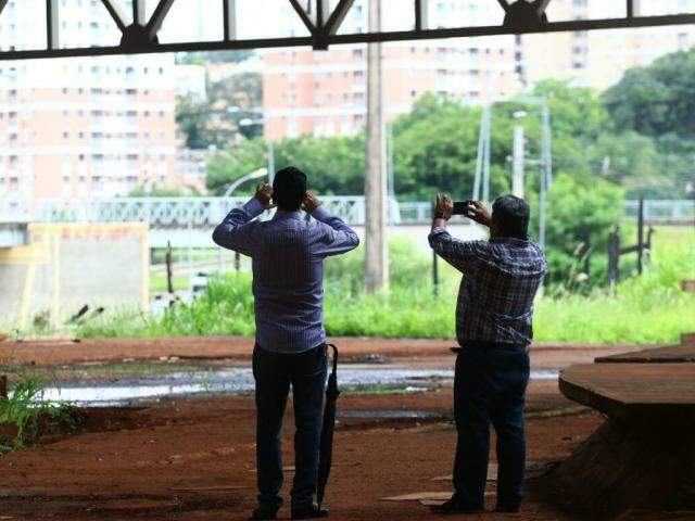 Engenheiros da Semadur vistoriam para levantar estado do prédio. (Foto: André Bittar)