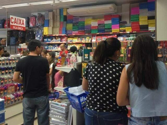 Consumidores pesquisam preços antes de comprar (Foto: Elci Holsback)