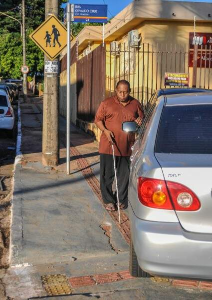 O locutor da Rádioweb do Ismac diz que a caminhada até a creche do filho só não é pior porque Daniel Lucas, de 2 anos, ajuda na orientação do caminho. (Foto: Marcelo Calazans)