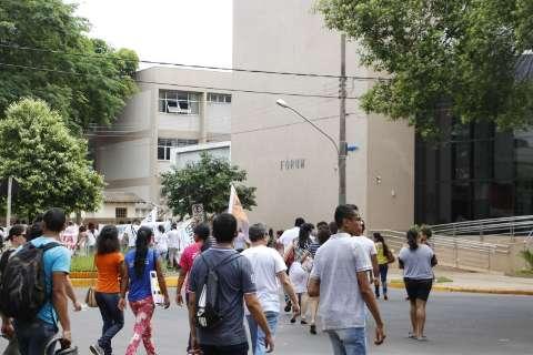 Passeata no dia de greve teve vaia a empresários e protesto contra bancos