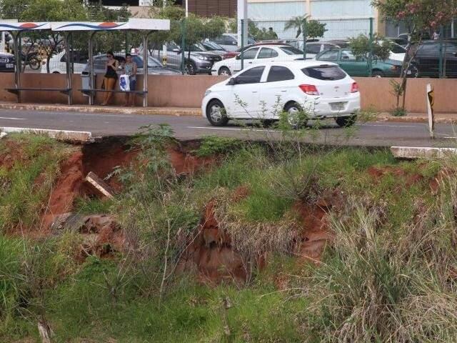 Processo erosivo avança sobre asfalto na Ernesto Geisel. (Foto: Marcos Ermínio)