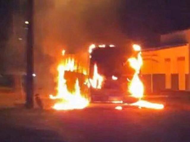 """Os incêndios ocorreram em resposta a operação """"pente-fino"""" no presídio. (Foto: Direto das Ruas)"""