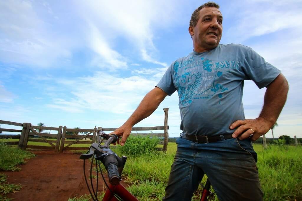 """Entre idas e vindas, Rubens conta que conhece o Aguão desde 1972. """"Estrada tinha porteira e mata-burro"""".  (Foto: André Bittar)"""