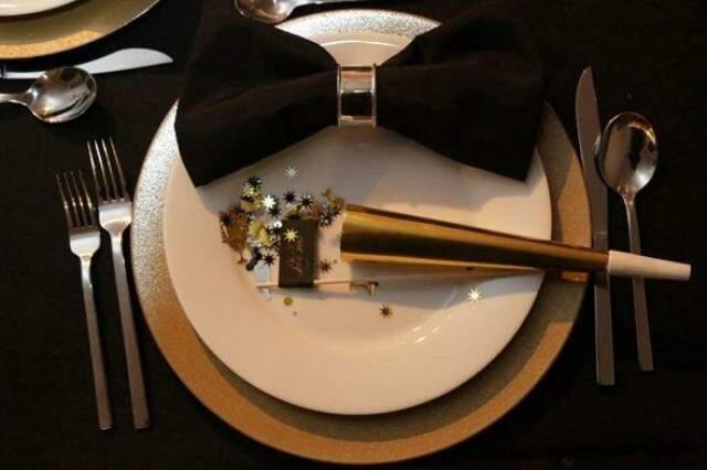 O preto também tem sua valia no Réveillon, para destacar o branco e o dourado.