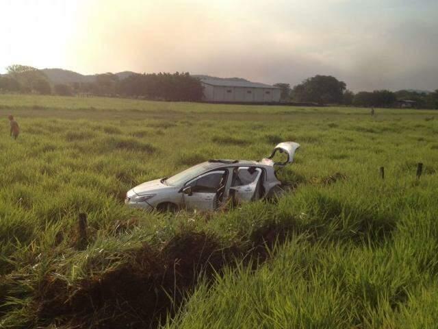 Carro ficou bastante danificado após capotar e parar às margens da BR-262. (Foto: Divulgação)