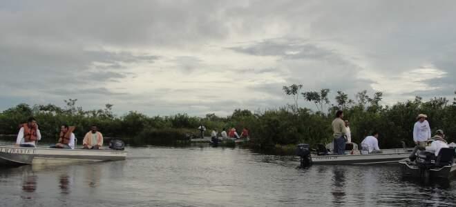 Grupo em pescaria na Baía Uberaba, no Pantanal, na divisa com o Mato Grosso. (Foto: Lucimar Couto)