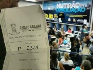 Imagem feita às 12h30 mostra senha de contribuinte que chegou à central às 9h40 (Foto: Ricardo Campos Jr.)