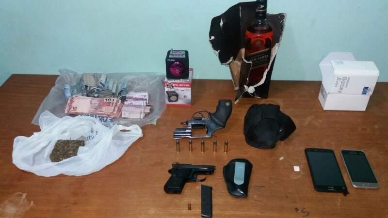 Materiais foram apreendidos na casa do homem preso em flagrante (Foto: Divulgação)