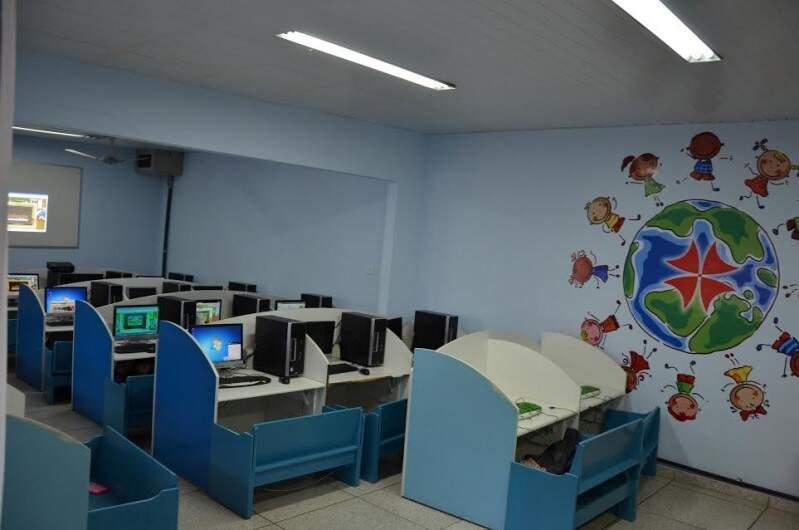 Laboratório de informática com toda estrutura.