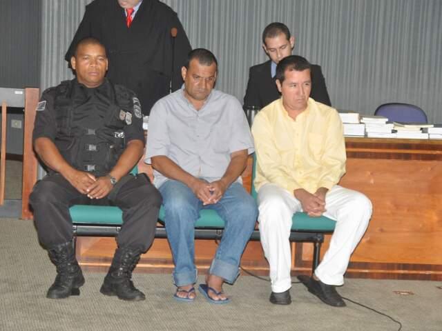 Ireneu, de camisa amarela, é autor da morte de Carlos Antônio da Costa Carneiro, enquanto Valdemir é acusado de ser o contratante. (Foto: Marlon Ganassin)