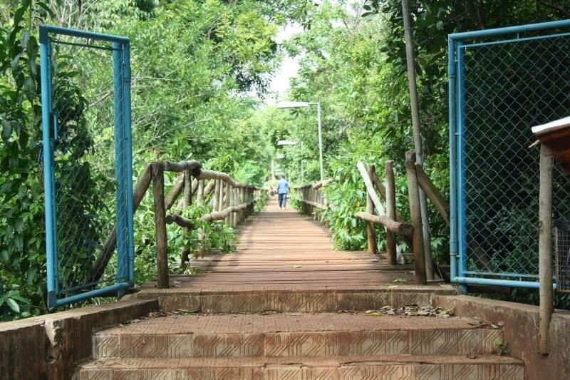 Só depois de caso de abuso sexual na ponte do Lago do Amor, UFMS adotou medidas de segurança. Hoje, o acesso é restrito e vigias fazem plantão (Foto: Marcos Ermínio)