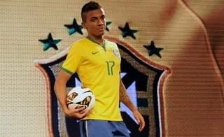 O volante Luiz Gustavo foi modelo do novo uniforme. Ainda hoje apresentações de diversos artistas famoso acontecem no Rio de Janeiro para celebrar o novo uniforme (Foto: AFP)