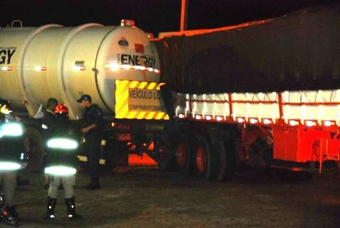 Choque entre carretas com explosivos e etanol interdita pátio de posto